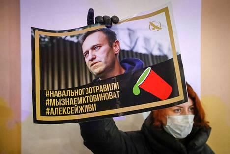 Kannattaja esitteli Aleksei Navalnyin kuvaa Pietarissa 22. joulukuuta.