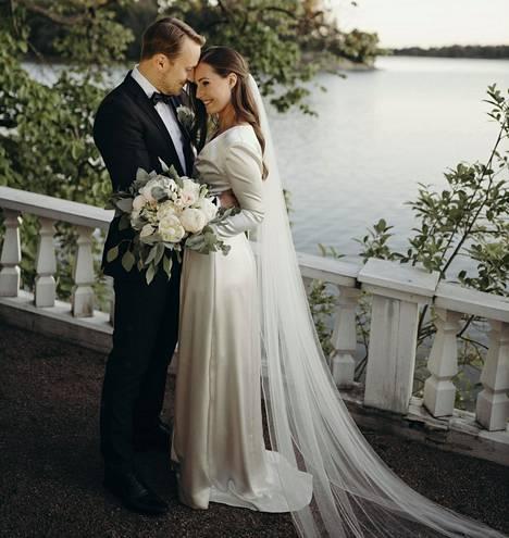 Pääministeri Sanna Marin ja hänen puolisonsa Markus Räikkönen ovat menneet naimisiin lauantaina 1. elokuuta.