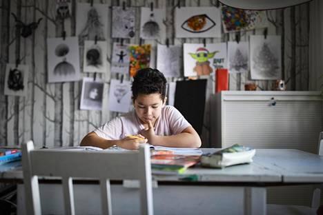 Yksi kevään suurimpia mullistuksia oli se, että koululaiset Suomessakin siirtyivät maaliskuun puolivälissä pääosin etäopetukseen. Kokemukset etäopetuksesta olivat vaihtelevia. Kuvassa Adan Gandara, 12, opiskelee kotonaan Espoossa.