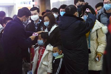 Wuhanista saapuneiden junamatkustajien ruumiinlämpöä mitattiin Hangzhoun rautatieasemalla ennen kiinalaista uuttavuotta tammikuussa.