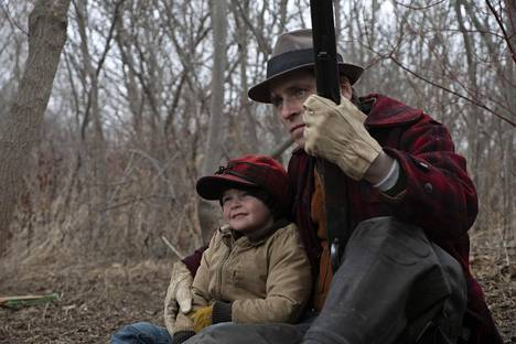 Grady McKenzie on elokuvan pieni John, Sverrir Gudnason hänen isänsä.