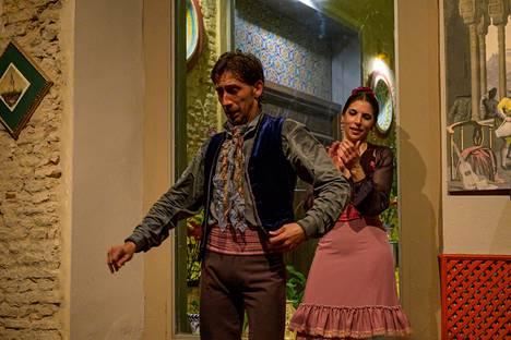 Tanssijat Marta Arias ja Juan Carlos Cardoso eläytyvät Casa de la Memorian esityksessä.