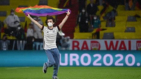 Mielenosoittaja oli pukeutunut Saksan paitaan.