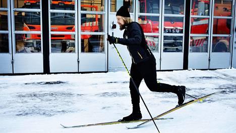 Palomies Matti Vimpari työpaikkansa edessä Herttoniemen pelastusasemalla yövuoron jälkeen torstaina aamulla.