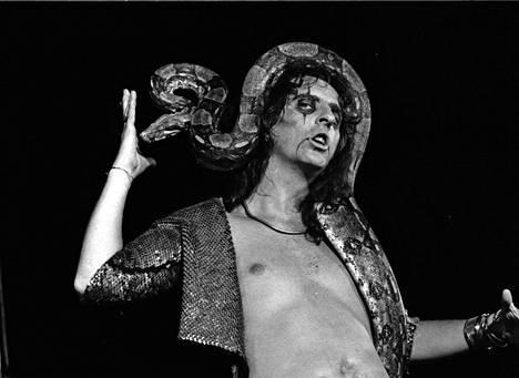 Alice Cooper konserttilavalla boakäärmen kanssa Torontossa vuonna 1972.