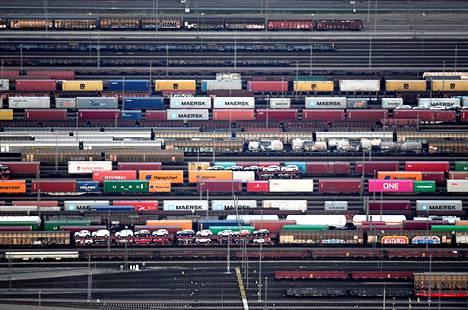 Tavarakontteja ja autoja kuljettiin junilla myös Saksan Hampurissa vuoden 2019 marraskuussa.