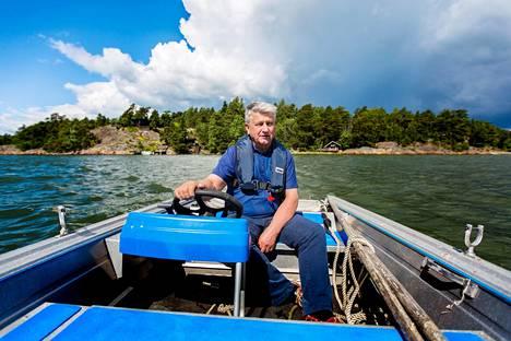 Vuorineuvos Ilpo Kokkila, 69 viettää vapaa-aikaansa Porkkalassa muun muassa veneillen ja rantapuustoa raivaten.