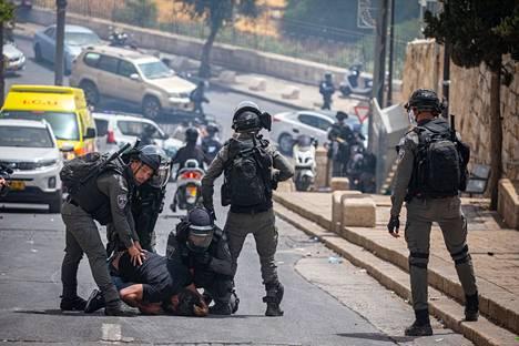 Israelilaispoliisit ottivat kiinni protestoijan  al-Aqsan moskeija-alueen lähistöllä 10. toukokuuta.