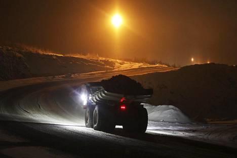 Kiviautot kuljettivat malmikiveä Terrafamen kaivoksen murskaamoon Sotkamossa marraskuussa.