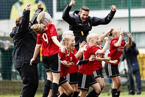 Nummelan Palloseuran pelaajat juhlivat finaaliottelussa. NuPS voitti 10-vuotiaiden tyttöjen sarjan.