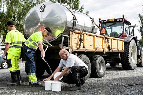 Reijo Purtanen noutaa vettä Vuorelan koulun vedenjakelupisteeltä Siilinjärvellä.