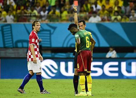 Portugalilaistuomari Pedro Proenca ajoi Alex Song kentältä Kroatia-pelissä.