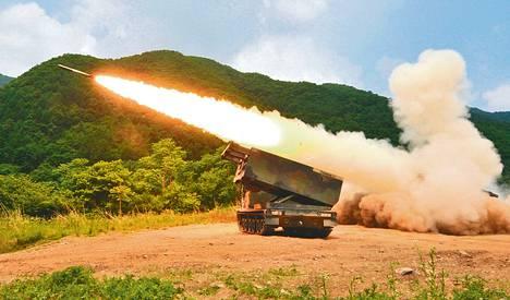 MLRS-raketinheittimiin on tarjolla useita erilaisia ampumatarvikkeita. Niillä voidaan pyrkiä esimerkiksi suureen tunkeutumiskykyyn tai sirpalevaikutukseen. Kuva on kesäkuussa Etelä-Koreassa järjestetystä sotaharjoituksesta.