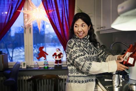 Claudia Montecinos Castro asuu pienessä yksiössä Tukholmassa.