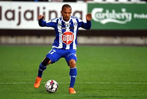 HJK:n Nikolai Alhon mukaan tasapelipiste ei tyydyttänyt Klubia. Kuva 3. huhtikuuta pelatusta ottelusta FC Interiä vastaan.