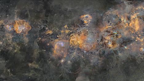 Kuvaa taivaankannesta on rajattu. On alkuperäisessä muodossaan leveämpi.