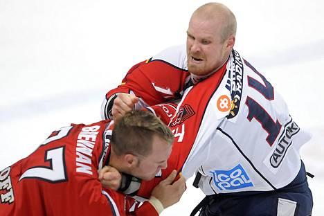 Jokereiden Sami Helenius (oik.) ja HIFK:n Kip Brennan tappelivat liigaottelussa syyskuussa 2008.