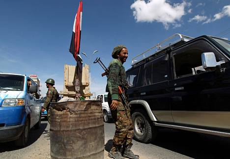 Jemeniläissotilaat tarkastivat lauantaina autoja Sanaan keskustassa. Jemeniläisviranomaiset vakuuttivat keskiviikkona tekevänsä kaikkensa siepattujen löytämiseksi.