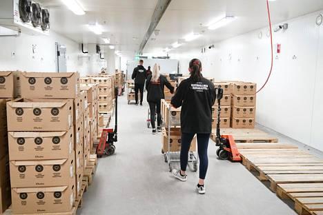 Citymarketin verkkotilausten kerääjät toivat valmiita tilauslaatikoita kylmiöön vuosi sitten.