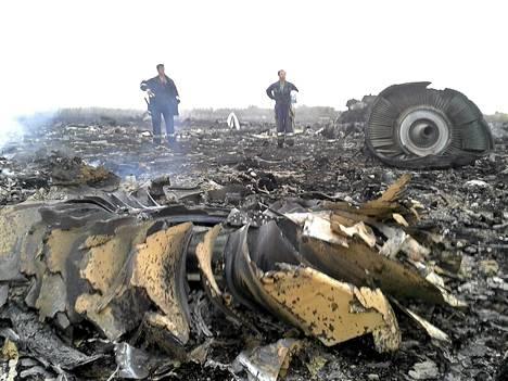 Hätätilaministeriön jäsenet tutkivat Malaysia Airlines -yhtiön lentokoneen turmapaikkaa heinäkuun 17. päivänä lähellä Donetskia.
