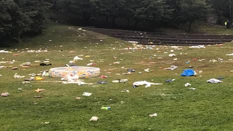 Helsingin Alppipuistossa oli runsaasti roskia lukiolaisten nasujaisten jälkeen.