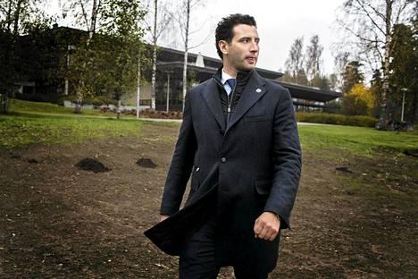 Roman Rotenberg Långvikin hotellin ja kongressikeskuksen ulkopuolella Kirkkonummella. Hotellin johtaja Kai Mattsson jätti tehtävänsä yllättäen maanantaina.