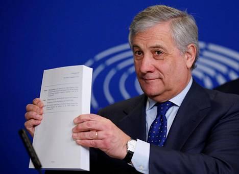 Euroopan parlamentin puhemies Antonio Tajani esitteli brexit-sopimuspapereita lehdistötilaisuudessa Strasbourgissa marraskuussa.