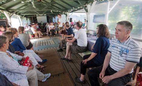 Daniel Brecher luennoi vapaaehtoisjoukolle Sar-El-toiminnan tärkeydestä ja sen merkityksestä Israelille lauantaina Perniössä. Häntä kuuntelivat muun muassa Matti Virtanen (oik.) sekä hänen vieressään istuvat Mona Mannerheimo ja Kalevi Waris.