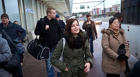 Perjantaina tuhannet bussivuorot jäivät pääkaupunkiseudulla ajamatta linja-autonkuljettajien mielenilmauksen takia. Yksi Espoon Leppävaarassa bussia odottaneista oli Mia Pitsinki (keskellä).
