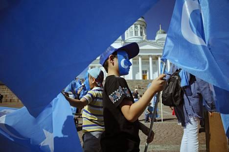 Suomessa asuvien uiguurien mielenosoitus Kiinan toimia vastaan Senaatintorilla vuonna 2018.