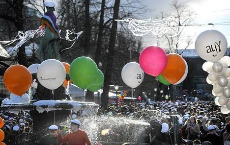 Aalto-yliopiston opiskelijat lakittivat kauppatieteiden ylioppilaiden avustuksella Havis Amandan patsaan Kauppatorilla vappuna 2011.