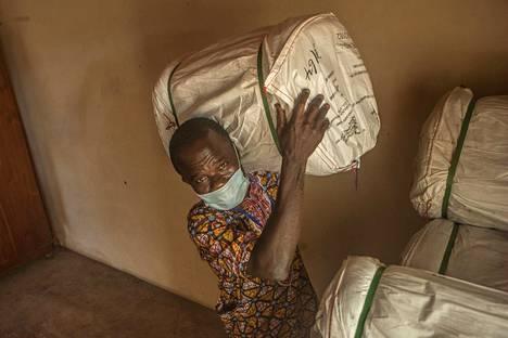 Mies kantoi suojaverkkoja malariatartuntojen estämiseksi Beninin Pahoun kaupungissa tiistaina.