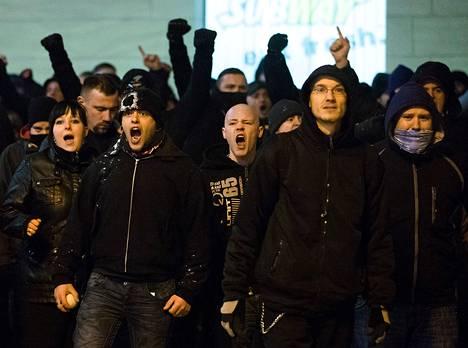 Äärioikeistolaisia mielenosoittajia Dresdenissä viimevuoden helmikuussa.