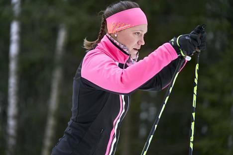 Maria Heikkilä hiihti itsekin nuorena kilpaa. Nyt hän harrastaa pitkänmatkan hiihtoja ja urheilee omaksi ilokseen.