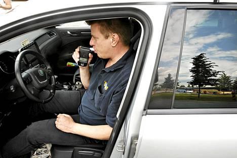 Taksiyrittäjä Eero Laresvuo käytti autonsa alkolukkoa kesällä 2014.