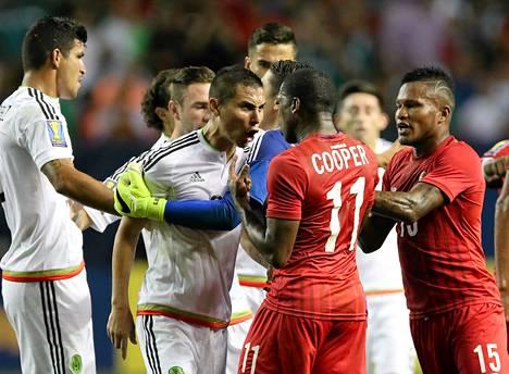Meksikon Paul Aguilar ja Panaman Armando Cooper kävivät kuumana, kun joukkueet kohtasivat keskiviikkona.