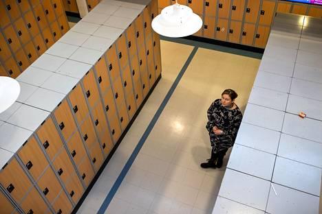 Nelli Akkolan kokee, että kouluissa vallitsee koronarajoitusten suhteen ihanteiden ja käytännön välinen kuilu.