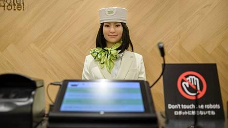 Henn na -hotellin vastaanotossa työskenteli robotti ainakin vielä lokakuussa. Sittemmin moni robotti hotellissa on vaihtunut ihmistyöntekijään.