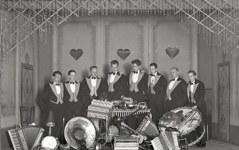 Aikansa ykkösorkestereihin kuulunut Dallapé kotipesässään Toverien Kerholla Lönnrotinkadulla vuonna 1932. Orkesteri esiintyi kerholla useana päivänä viikossa. Svartin levyllä Dallapé on mukana harmonikkaorkesterin muodossa, solistinaan orkesterin jäsen Matti Jurva ja Theodor Weissman.