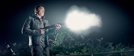 Toimintasankariksi (Arnold Schwarzenegger) kelpaa 68-vuotiaskin, kunhan on mies.