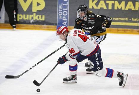 HIFK:n Micke-Max Åsten on ollut yksi joukkueen isoista onnistujista puolivälierissä. Taustalla Kärppien Libor Sulak.