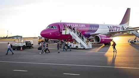 Skopjen-lennot halutaan keskeyttää, koska niillä tulevilla matkustajilla on ollut runsaasti koronatartuntoja. Kuvassa Wizzair-lentoyhtiön kone, joka laskeutui Turkuun 11. elokuuta.