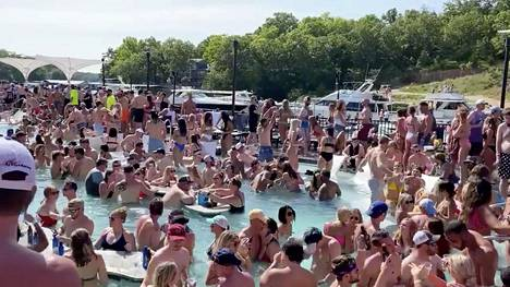 Ihmiset täyttivät Lake of Ozarkin rannat lauantaina.