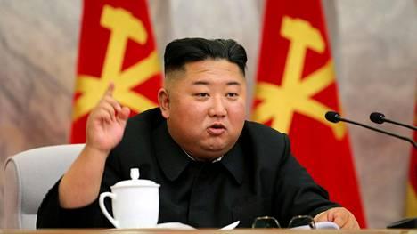 Pohjois-Korean johtaja Kim Jong-un keskussotilaskomitean kokouksessa lauantaina julkaistussa kuvassa.