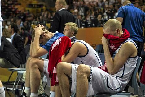 Hanno Möttölä, Sasu Salin ja Tuukka Kotti olivat ottelun jälkeen allapäin.