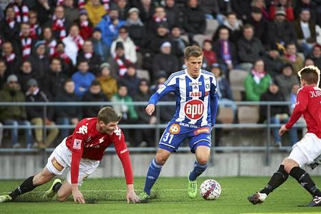 HIFK:n Tuomas Aho (2) sekä Otto-Pekka Jurvainen (12) yrittivät pysäyttää Robin Lodin Stadin derbyssä.