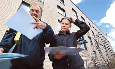 Hannu Kautiainen ja Marjatta Virtanen huolehtivat siitä, että Hiisikuja 2:n turvallisuusasiat ovat ajan tasalla.