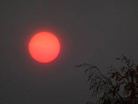 Aurinko oli voimakkaan punainen Kilossa Espoossa kello 9.15 tiistaiaamuna. Kuva on lukijan ottama.
