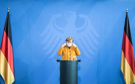 Saksan liittokansleri Angela Merkel riisui kasvomaskinsa tiedotustilaisuudessaan Berliinissä keskiviikkona.