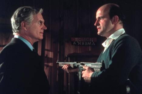 Ylempään keskiluokkaan kuuluvaa Bill Comptonia (Dennis Patrick) ja duunari-Joeta yhdistää kateus ja viha nuorisoa kohtaan.